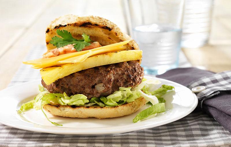 Petit pain au hamburger avec du Vlaskaas et de l'ananas